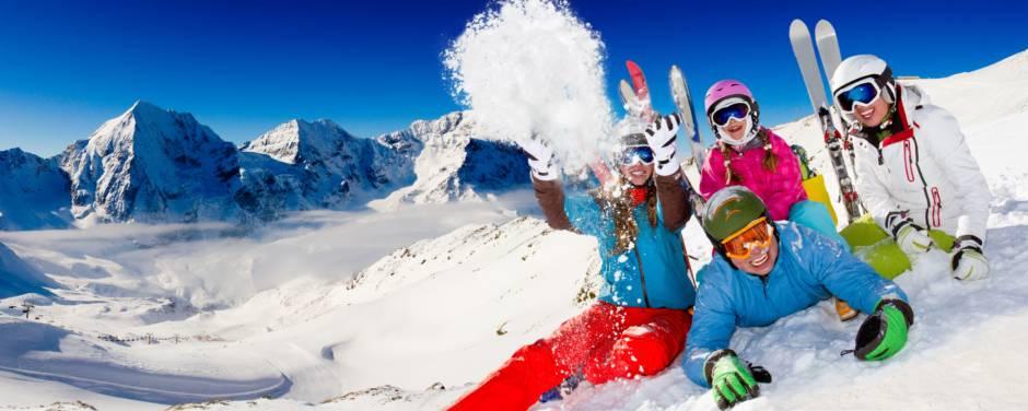 Eine Familie hat Spaß im Schnee beim Skifahren in den Alpen. JUFA Hotels bietet erholsamen Familienurlaub und einen unvergesslichen Winterurlaub.