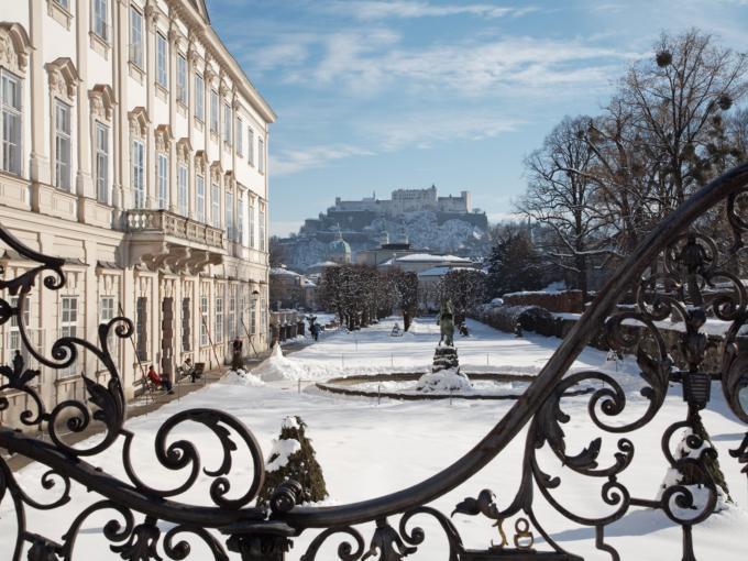 Sie sehen den Garten des Schloss Mirabell im Winter mit Blick auf die Festung Hohensalzburg und Altstadt.JUFA Hotels bietet erlebnisreichen Städtetrip für die ganze Familie und den idealen Platz für Ihr Seminar.