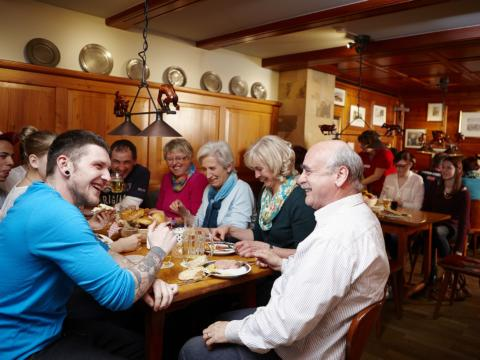 Die Fidelisbäck Gaststube in Wangen im Allgäu mit vielen Gästen.JUFA Hotels bietet Ihnen den Ort für erlebnisreichen Natururlaub für die ganze Familie.
