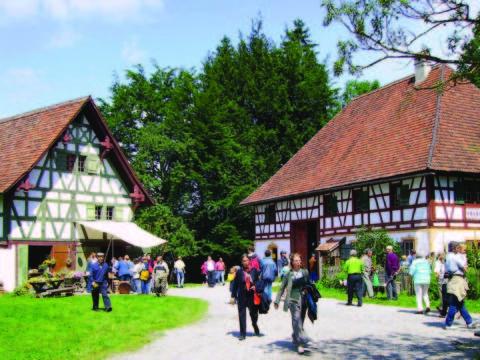 Das Glasmacherdorf Schmidsfelden im Allgäu im Sommer mit vielen Besuchern. JUFA Hotels bietet Ihnen den Ort für erlebnisreichen Natururlaub für die ganze Familie.