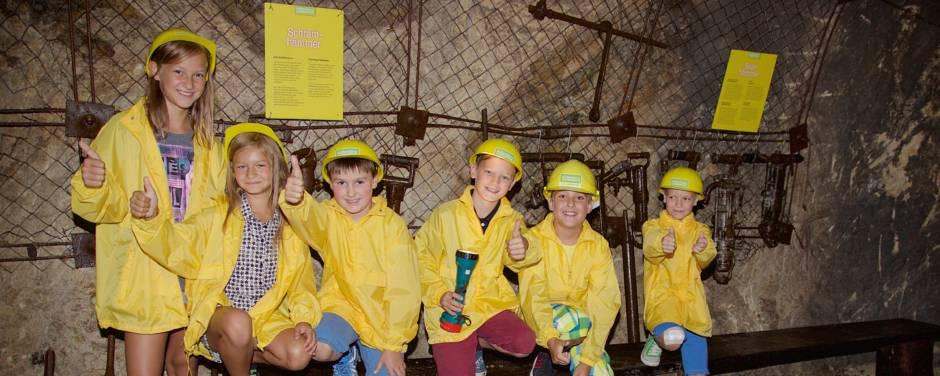Kindergruppe gibt die Daumen hoch für das Schaubergwerk in der Nähe vom JUFA Hotel Knappenberg. Der Ort für erlebnisreiche und kreative Schulprojektwochen in abwechslungsreichen Regionen.
