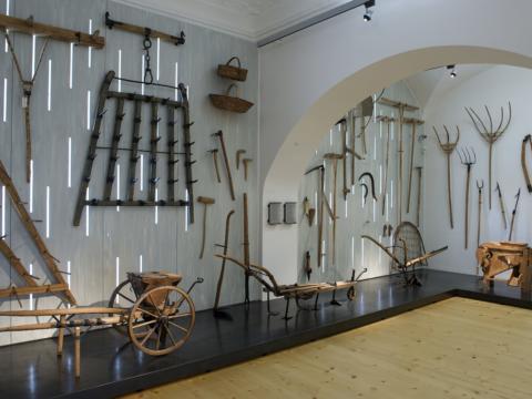 Ausstellungsraum mit Exponaten im Landschaftsmuseum im Schloss Stainz. JUFA Hotels bieten erholsamen Familienurlaub und einen unvergesslichen Winter- und Wanderurlaub.
