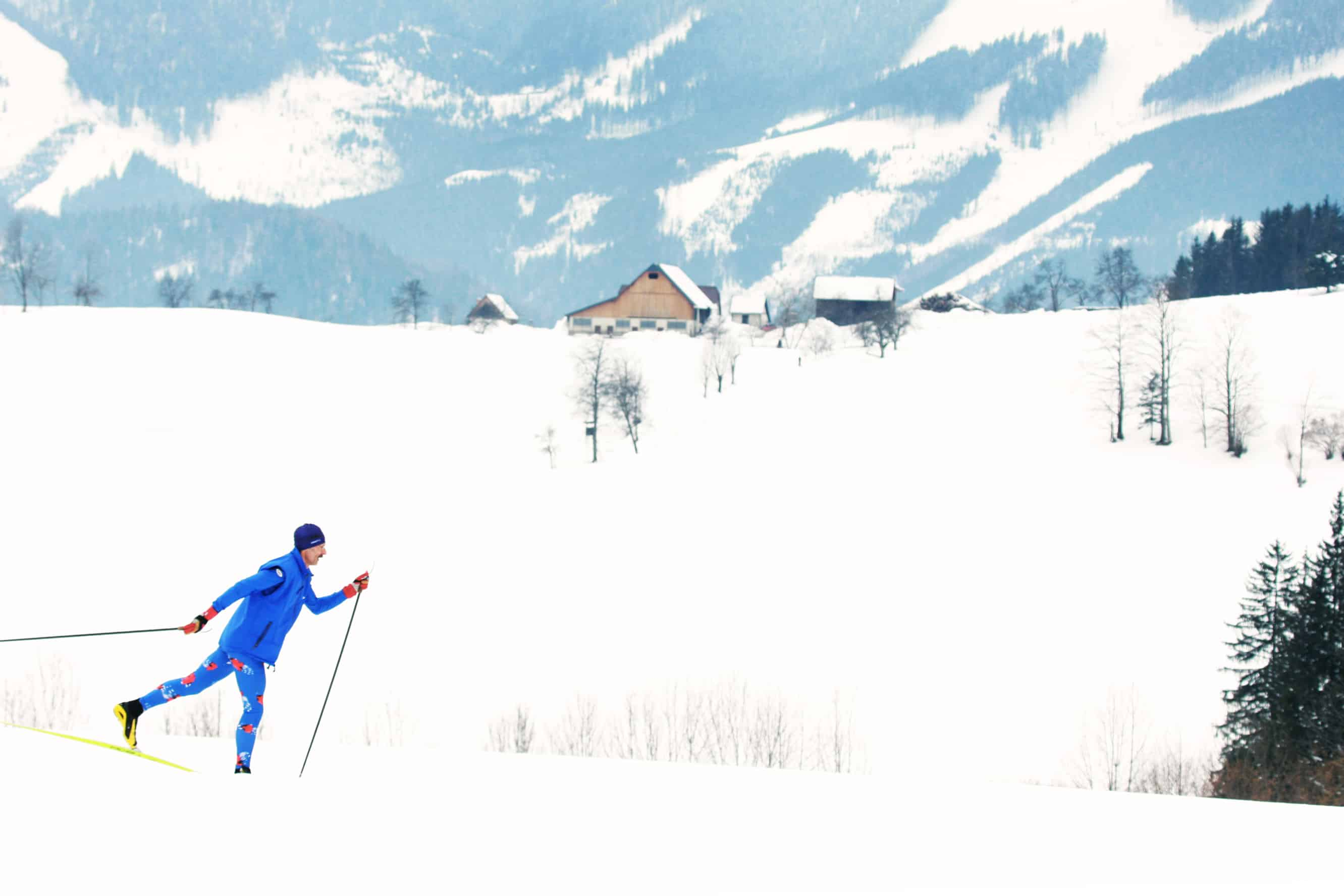 Mann beim Langlaufen in Göstling-Hochreit im Mostviertel. JUFA Hotels bietet erholsamen Familienurlaub und einen unvergesslichen Winterurlaub.