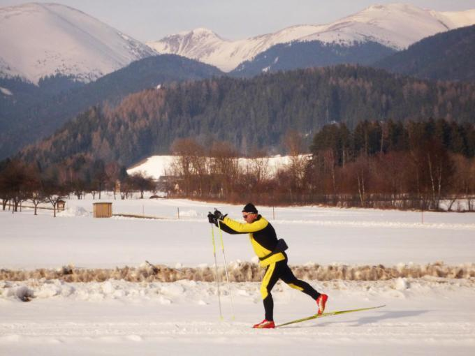 Mann gleitet beim Langlaufen durch die Winterlandschaft der Marktgemeinde Seckau in der Steiermark. JUFA Hotels bietet erholsamen Familienurlaub und einen unvergesslichen Winterurlaub.