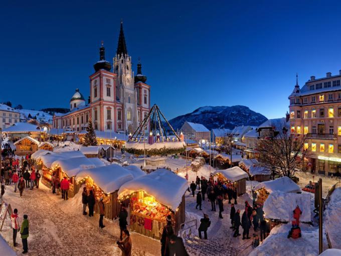 Mariazeller Advent mit der Basilika Mariazell bei winterlicher Abendstimmung in der Nähe von JUFA Hotels. Der Ort für erholsamen Familienurlaub und einen unvergesslichen Winterurlaub.