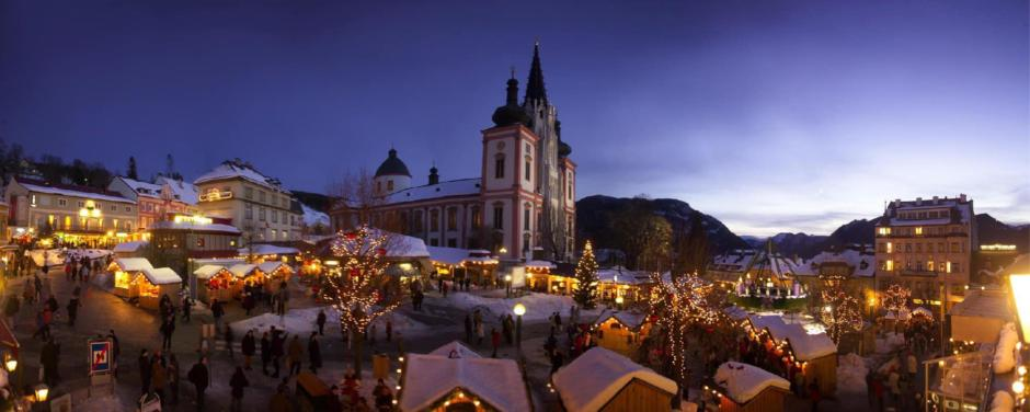 Sie sehen den Hauptplatzvon Mariazell im Advent mit der Basilika Mariazell im Hintergrund. JUFA Hotels bieten erholsamen Familienurlaub und einen unvergesslichen Winter- und Wanderurlaub