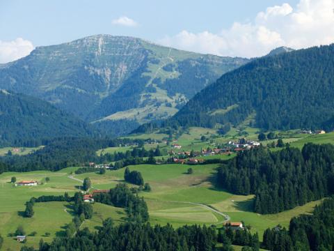 Blick auf den Oberstaufen in Wangen im Allgäu. JUFA Hotels bietet Ihnen den Ort für erlebnisreichen Natururlaub für die ganze Familie.