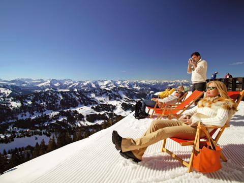 Menschen liegen am Hochgrat im Allgäu in Liegestühlen in der Sonne. B. JUFA Hotels bietet Ihnen den Ort für erlebnisreichen Natururlaub für die ganze Familie.