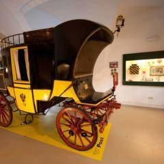 Antike Postkutsche im Ausstellungsraum des Österreichischen Post- und Telegraphenmuseums in Eisenerz. JUFA Hotels bieten erholsamen Familienurlaub und einen unvergesslichen Winter- und Wanderurlaub.