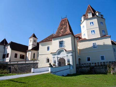 Außenansicht vom Schloss Kornberg im Sommer. JUFA Hotels bieten erholsamen Familienurlaub und einen unvergesslichen Winter- und Wanderurlaub.