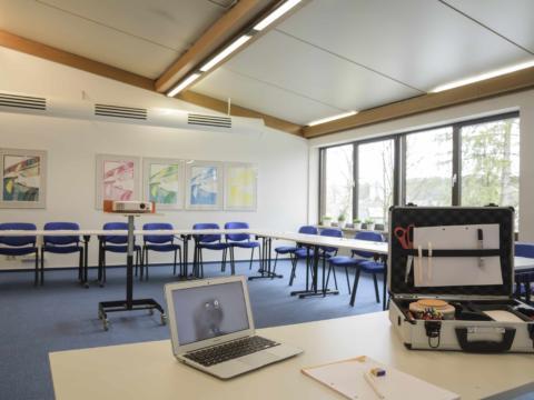 Sie sehen Seminarraum mit Bestuhlung und Laptop im JUFA Hotel Wangen Sport-Resort. Der Ort für erfolgreiches Training in ungezwungener Atmosphäre für Vereine und Teams.