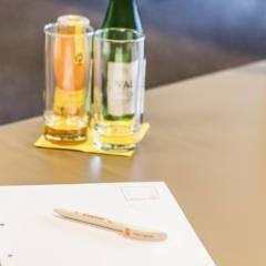Schreibutensilien und Getränke auf einem Tisch in einem Seminarraum. JUFA Hotels bietet den Ort für erfolgreiche und kreative Seminare in abwechslungsreichen Regionen.