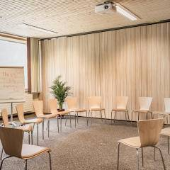 Ein Bild von einem Sesselkreis in einem Seminarraum im Jufa Hptel Malbun alpin-Resort. JUFA Hotels bietet den Ort für erfolgreiche und kreative Seminare in abwechslungsreichen Regionen.