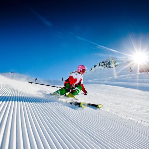 Mädchen fährt ski im Ski- und Wandergebiet Planneralm im Winter in der Nähe von JUFA Hotels. Der Ort für erholsamen Familienurlaub und einen unvergesslichen Winter- und Wanderurlaub.