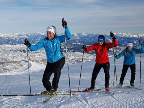 Drei Frauen beim Langlaufen auf der Höhenloipe in Schladming-Dachstein. JUFA Hotels bietet erholsamen Familienurlaub und einen unvergesslichen Winterurlaub.