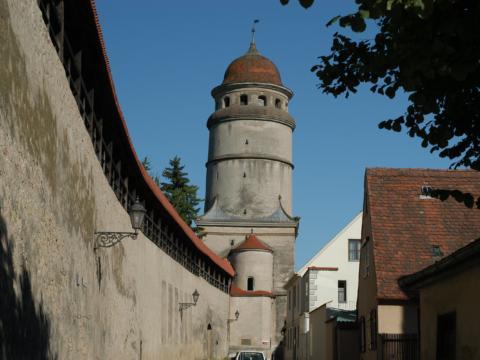 Die Nördlinger Stadtmauer mit einem Wehrturm in der Nähe vom JUFA Hotel Nördlingen. Der Ort für erholsamen Familienurlaub und einen unvergesslichen Winter- und Wanderurlaub.
