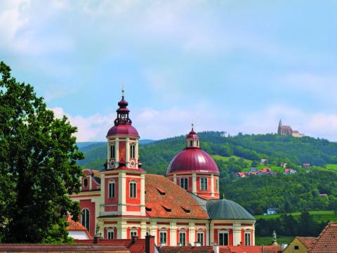 Aussenansicht der Stiftskirche St. Veit beim Schloss Pöllau in der Nähe von JUFA Hotel Pöllau - Bio-Landerlebnis. Der Ort für erlebnisreichen Natururlaub für die ganze Familie.