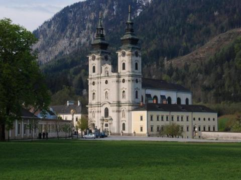 Stiftskirche in Spital am Pyhrn direkt neben dem JUFA Hotel Pyhrn-Priel. Der Ort für erholsamen Familienurlaub und einen unvergesslichen Winter- und Wanderurlaub.