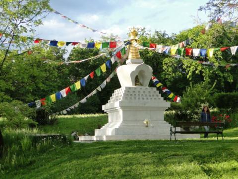 Lingkor - tibetischer Stupa mit Gebetsfahnen in der Nähe vom JUFA Hotel Knappenberg. Der Ort für erholsamen Familienurlaub und einen unvergesslichen Winter- und Wanderurlaub.