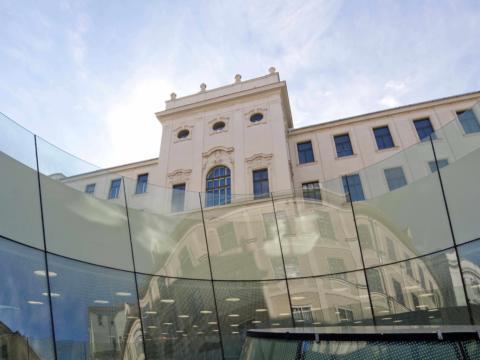 Aussenansicht vom Universalmuseum Joanneum in der Nähe vom JUFA Hotel Graz City. Der Ort für erlebnisreichen Städtetrip für die ganze Familie und der ideale Platz für Ihr Seminar.