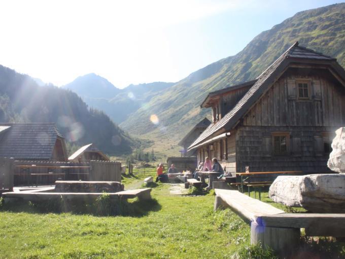 Almhütten im Wandergebiet Seetaler Alpen in der Nähe vom JUFA Hotel. Der Ort für erholsamen Familienurlaub und einen unvergesslichen Winterurlaub.