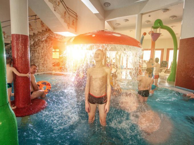 Kinder planschen in der Wassererlebniswelt im Wellnessbereich im JUFA Vulkan Thermen-Resort. Der Ort für erholsamen Thermen- und entspannten Wellnessurlaub für die ganze Familie.