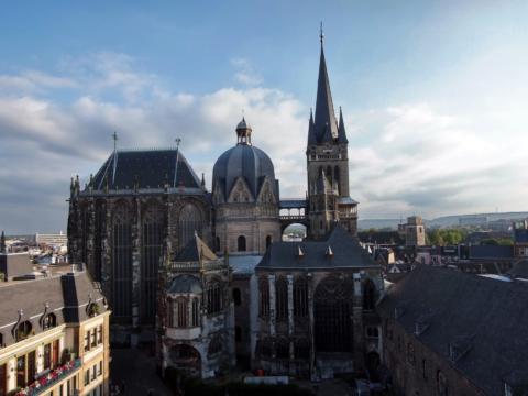 Aachener Dom in Nordrhein-Westfalen im Sommer. JUFA Hotels bietet erlebnisreichen Städtetrip für die ganze Familie und den idealen Platz für Ihr Seminar.