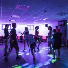 Teens beim Tanzen in der hauseigenen Disco im JUFA Hotel Lungau. Der Ort für erholsamen Familienurlaub und einen unvergesslichen Winter- und Wanderurlaub.