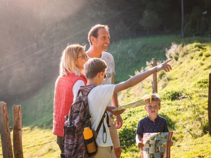 Eine Familie beim Wadnern im Sommer in Knappenberg in der Nähe von JUFA Hotels. Der Ort für erholsamen Familienurlaub und einen unvergesslichen Winter- und Wanderurlaub.