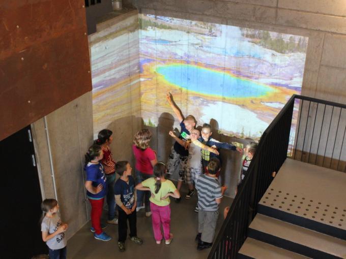 Kinder im Ausstellungsraum im Vulkan-Museum Kemenes Volcano Park in Ungarn. JUFA Hotels bieten erholsamen Familienurlaub und einen unvergesslichen Winter- und Wanderurlaub.