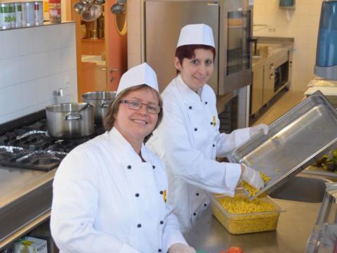 Mitarbeiter aus dem Küchenteam beim Kochen in der Hotelküche. JUFA Hotels bietet Ihnen einen interessanten, abwechslungsreichen Arbeitsplatz in einem tollen Team in den schönsten Regionen in Österreich, Deutschland, Liechtenstein und Ungarn.