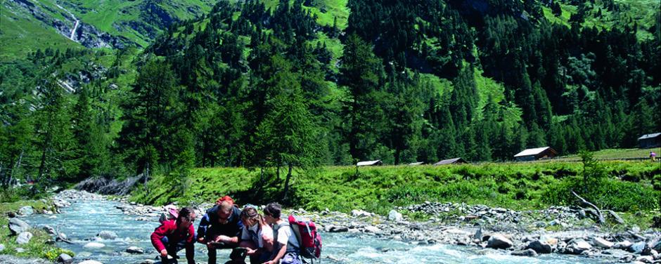 Familie beim Wandern im Nationalpark Hohe Tauern im Sommer. JUFA Hotels bieten erholsamen Familienurlaub und einen unvergesslichen Winter- und Wanderurlaub.