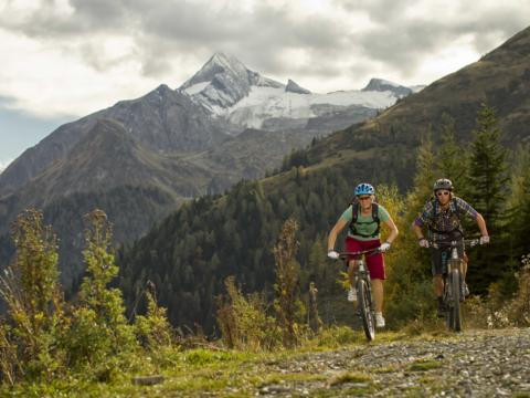 Paar beim Mountainbiken auf dem Maiskogel in Zell am See-Kaprun. JUFA Hotels bieten erholsamen Familienurlaub und einen unvergesslichen Winter- und Wanderurlaub.
