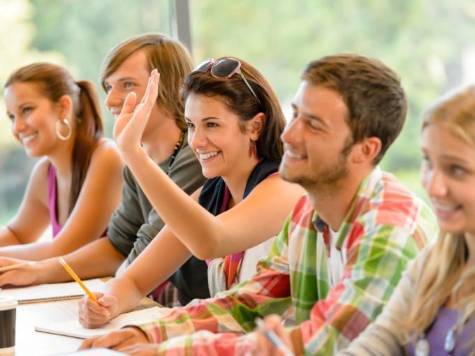Einige Schüler in einer Klasse. Eine Schülerin zeigt auf. JUFA Hotels bietet erlebnisreiche und kreative Schulprojektwochen in abwechslungsreichen Regionen.