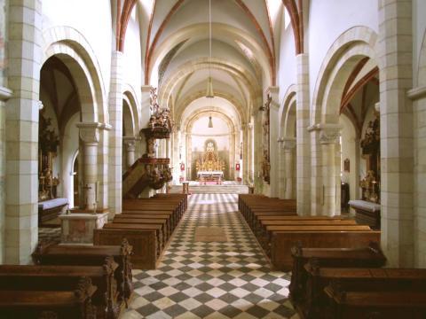 Innenansicht der Stiftskirche Sankt Paul im Lavanttal in Kärnten. JUFA Hotels bieten erholsamen Familienurlaub und einen unvergesslichen Winter- und Wanderurlaub.