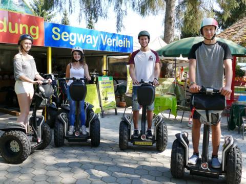 Eine Gruppe Teens auf Segways vor dem Segwayverleih im Freizeitpark Stubenbergsee. JUFA Hotels bieten erholsamen Familienurlaub und einen unvergesslichen Winter- und Wanderurlaub.