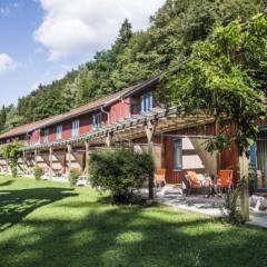 Sie sehen Terrassen mit Bestuhlung im grünen Innenhof vom JUFA Natur-Hotel Bruck. Der Ort für erfolgreiche und kreative Seminare in abwechslungsreichen Regionen.