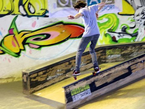 Skateboarder fährt über Rail in der Xciting- Funhall in Graz. JUFA Hotels bietet erlebnisreichen Städtetrip für die ganze Familie und den idealen Platz für Ihr Seminar.