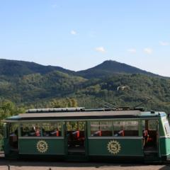 Die Drachenfelsbahn in Königswinter mit Blick auf das SiebengebirgeJUFA Hotels bietet erlebnisreiche Städtetrips für die ganze Familie und den idealen Platz für Ihr Seminar.