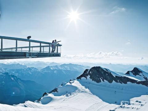 Aussichtsplattform Top of Salzburg in der Gipfelwelt 3000 auf dem Kitzsteinhorn. JUFA Hotels bieten erholsamen Familienurlaub und einen unvergesslichen Winter- und Wanderurlaub.