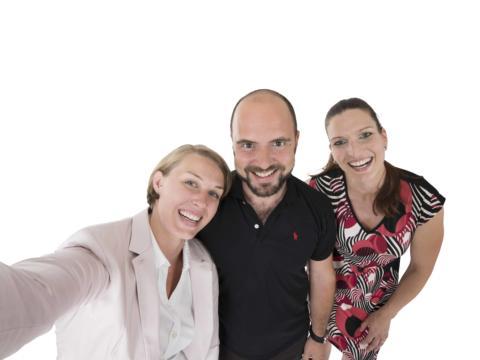 Drei Mitarbeiter vom JUFA Headoffice machen ein Gruppenselfie. JUFA Hotels bietet Ihnen einen interessanten, abwechslungsreichen Arbeitsplatz in einem tollen Team in den schönsten Regionen in Österreich, Deutschland, Liechtenstein und Ungarn.