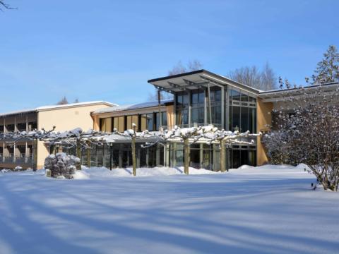 Hotelansicht mit Schnee im Winter vom JUFA Hotel Wangen - Sport-Resort. Der Ort für erfolgreiches Training in ungezwungener Atmosphäre für Vereine und Teams.