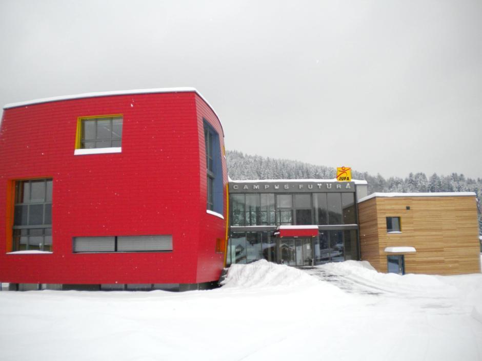 Außenansicht mit Eingang vom JUFA Hotel Bleiburg - Sport-Resort im Sommer im Winter. Der Ort für erholsamen Familienurlaub und einen unvergesslichen Winter- und Wanderurlaub.