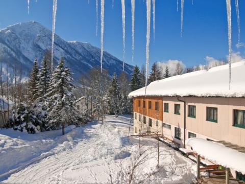 Aussenansicht im Winter vom JUFA Hotel Bad Aussee. Der Ort für erholsamen Familienurlaub und einen unvergesslichen Winter- und Wanderurlaub.