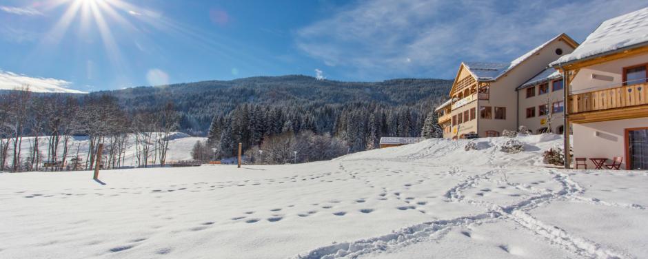 Aussenansicht von der Ferner im Winter vom JUFA Hotel Gitschtal Landerlebnis. Der Ort für erholsamen Familienurlaub und einen unvergesslichen Winterurlaub.