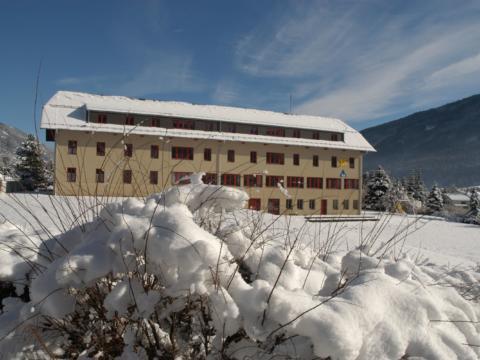 Hotelansicht vom JUFA Hotel Lungau mit Winterlandschaft. JUFA Hotels bietet erholsamen Familienurlaub und einen unvergesslichen Winterurlaub.