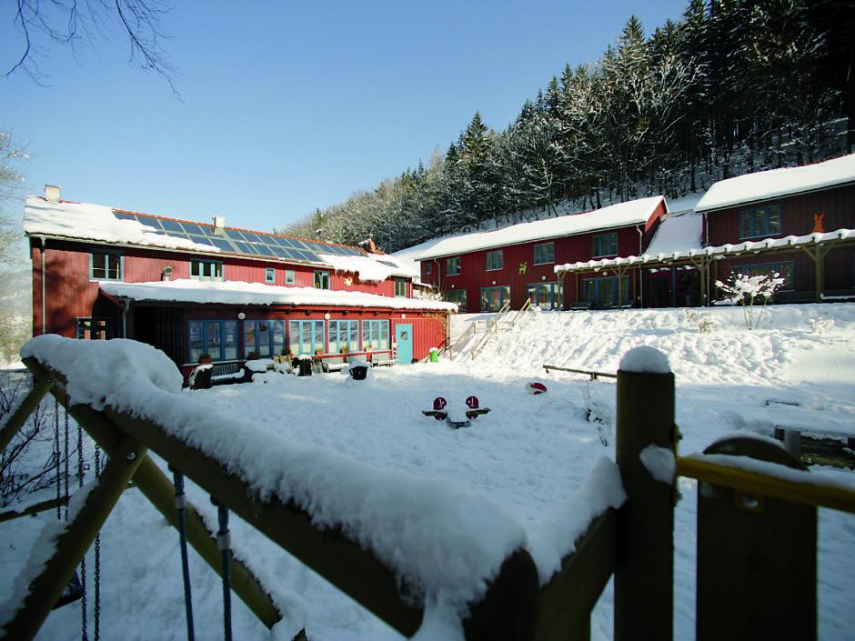 Aussenansicht im Winter vom JUFA Natur-Hotel Bruck. Der Ort für erfolgreiche und kreative Seminare in abwechslungsreichen Regionen.