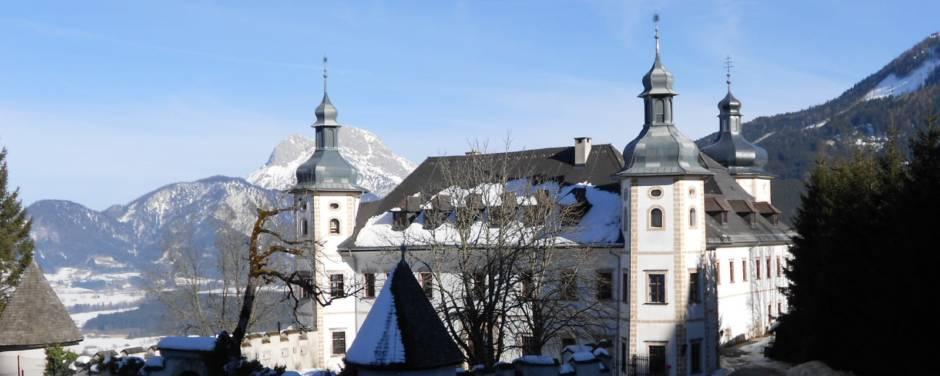 JUFA Hotel Schloss Roethelstein mit Winterlandschaft und Spielplatz in der Region Nationalpark Gesäuse. JUFA Hotels bietet erholsamen Familienurlaub und einen unvergesslichen Winter- und Wanderurlaub.