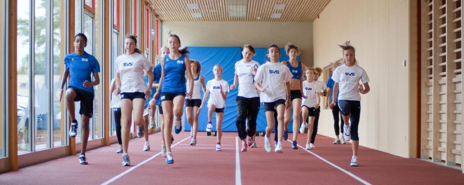 Eine Jugendgruppe beim Sprinten in der Turnhalle im JUFA Hotel Leibnitz Sport-Resort. JUFA Hotels bietet Ihnen den Ort für erfolgreiches Training in ungezwungener Atmosphäre für Vereine und Teams.