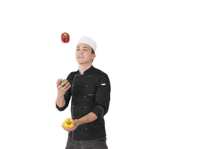 Junger Koch beim Jonglieren mit drei Paprika. JUFA Hotels bietet Ihnen einen interessanten, abwechslungsreichen Arbeitsplatz in einem tollen Team in den schönsten Regionen in Österreich, Deutschland, Liechtenstein und Ungarn.